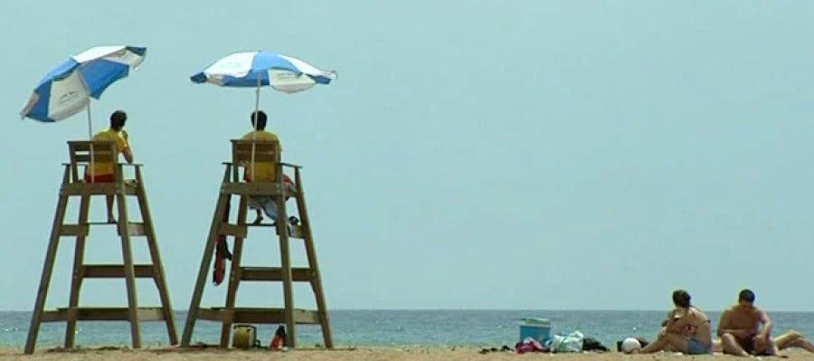 Playa de Murcia con socorristas.