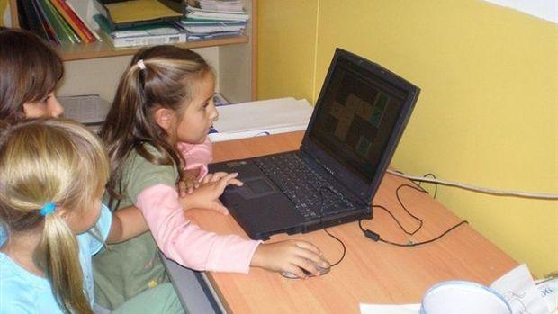 Menores juegan en el ordenador sin vigilancia de sus padres.