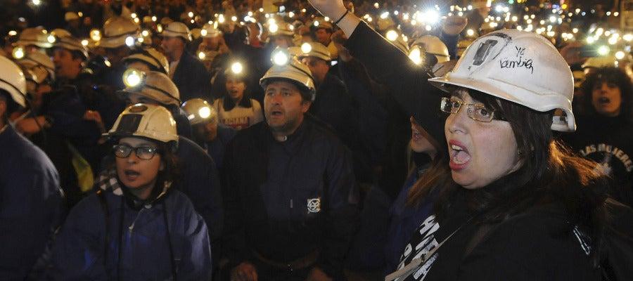 Equipados con sus monos de trabajo, cascos y luces, los mineros han protestado contra los recortes en el sector.