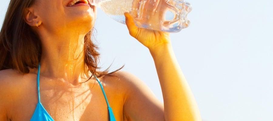 Una joven bebe agua