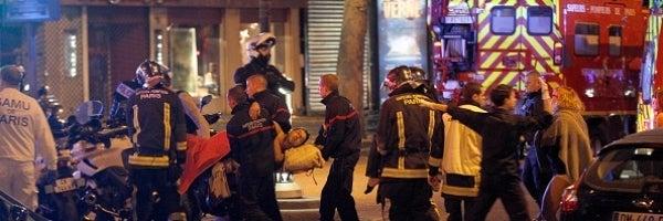 Los servicios sanitarios atienden a los heridos en los atentados de París