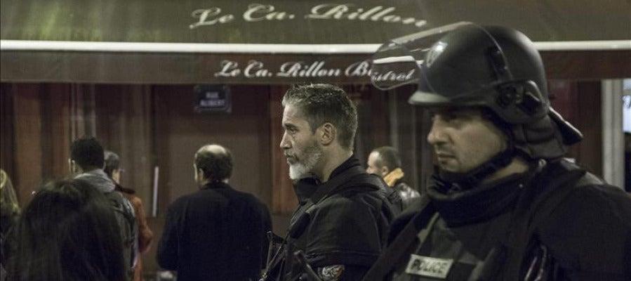 Miembros de la policía francesa en la puerta del restaurante Le Carillon, uno de los lugares del atentado