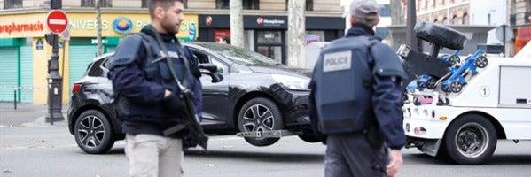 Gendarmes franceses retiran un coche sospechoso en París