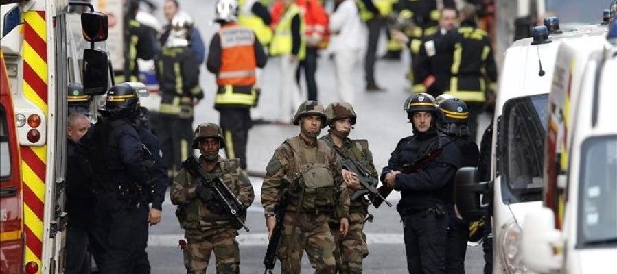 Militares durante  la operación antiterrorista en Saint Denis