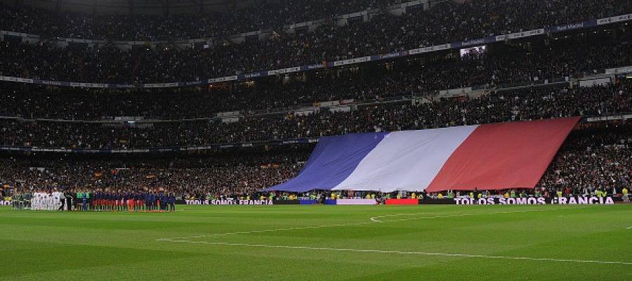 Homenaje a las víctimas de París en el Bernabéu