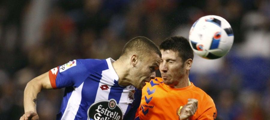 Jonathan Rodríguez disputa un balón con el defensa del Llagostera Aimar