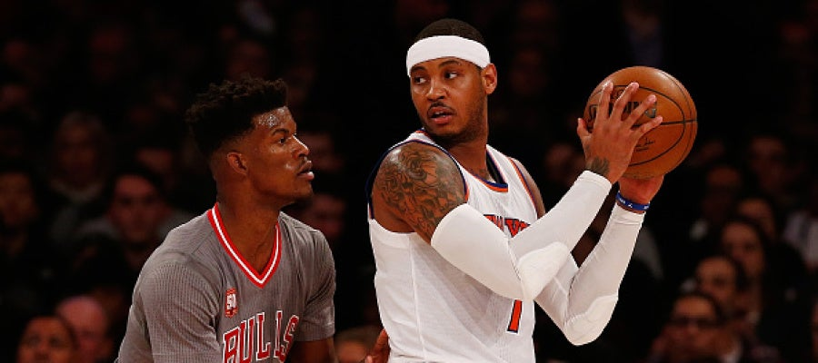 Carmelo Anthony postea ante Jimmy Butler