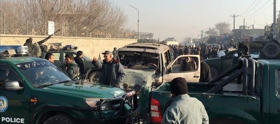 Miembros de seguridad afganos inspeccionan el lugar de la explosión que causó al menos un muerto cerca del aeropuerto de Kabul