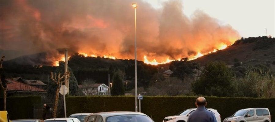 El fuego desatado ayer por la tarde en la localidad vizcaína de Berango