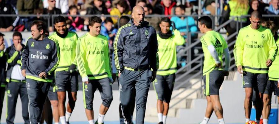 Zinedine Zidane dirige su primer entrenamiento como técnico del Real Madrid.