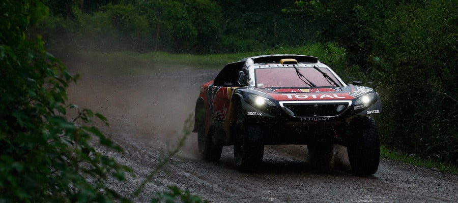 Stephane Peterhansel, a bordo de su Peugeot en el Dakar