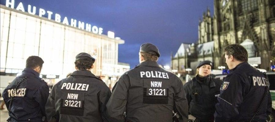 Varios policías patrullan cerca de la estación central de tren de Colonia, Alemania
