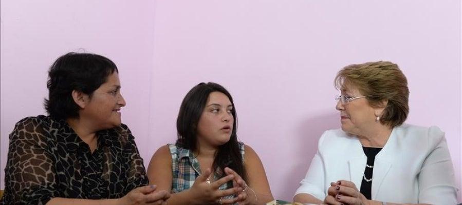 La presidenta chilena Michelle Bachelet hablando con la estudiante Grace París