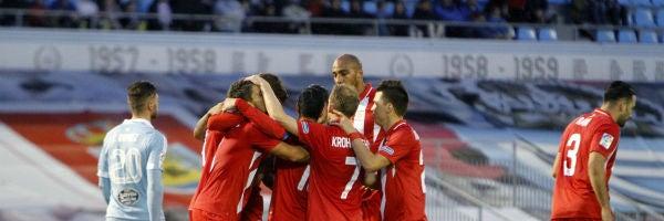 Los jugadores del Sevilla celebran el gol de Banega en Balaídos