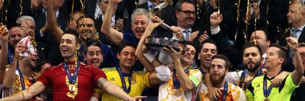 Carlos Ortiz levanta la Copa en Belgrado
