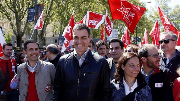 El líder del PSOE, Pedro Sánchez, acompañado por la secretaria general del PSM, Sara Hernández, durante su participación en la manifestación central del Primero de Mayo que se celebra hoy en Madrid.