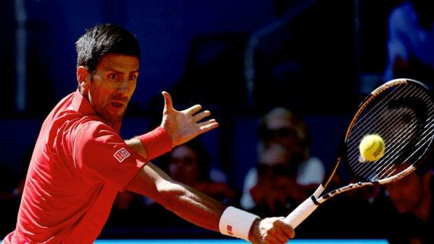 Novak Djokovic resta una pelota ante Borna Coric
