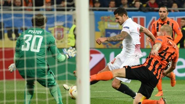 Vitolo remata ante Pyatov en el partido de ida