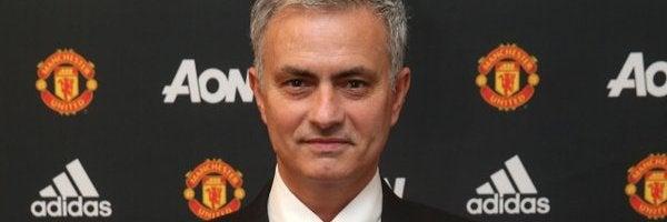 José Mourinho posa con la camiseta del Manchester United