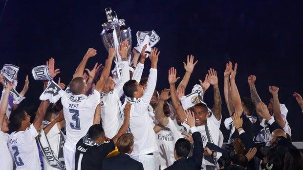 Los jugadores del Real Madrid levantan la Undécima