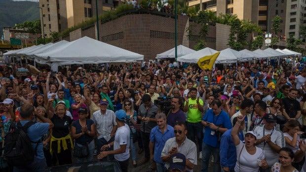 Un grupo de personas grita consignas contra el Gobierno tras el cierre de los centros de validación del Consejo Nacional Electoral, en Venezuela