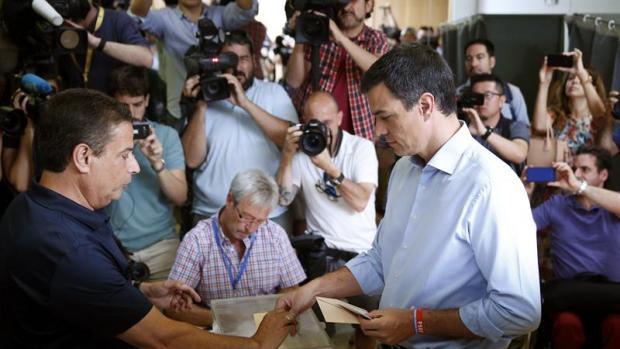Pedro Sánchez deposita su voto en un colegio de la localidad madrileña de Pozuelo de Alarcón