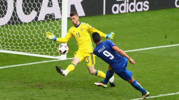 Pellè superando a De Gea y haciendo el 2-0 para Italia