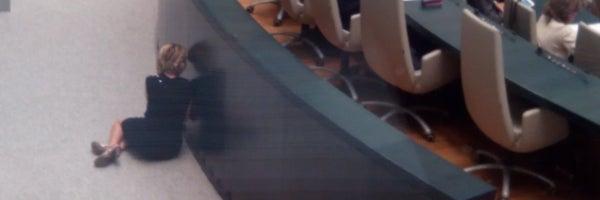 Esperanza Aguirre, pillada hablando por teléfono en el suelo