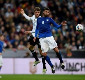 Müller y Motta pelean por un balón aéreo