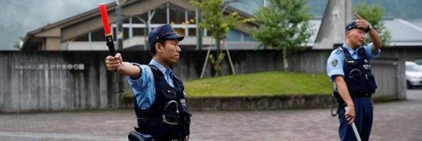 Agentes frente al centro de discapacitados en Japón