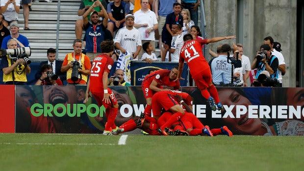 Los jugadores del PSG celebran uno de los goles ante el Madrid