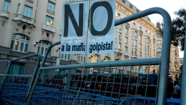 Uno de los carteles que los manifestantes han colocado en las inmediaciones del Congreso