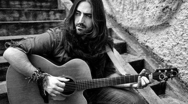 El músico Andrés Suárez canta en directo en Al Primer Toque