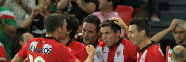 Los jugadores del Athletic celebran el gol de Elustondo