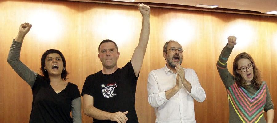Antonio Baños(2d) junto a los diputados Anna Gabriel (i) Josep Manel Busqueta (2i),y Eulalia Reguant (d)