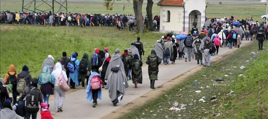 Refugiados se dirigen a centros de acogida en la frontera con Croacia en Rigonce (Eslovenia)