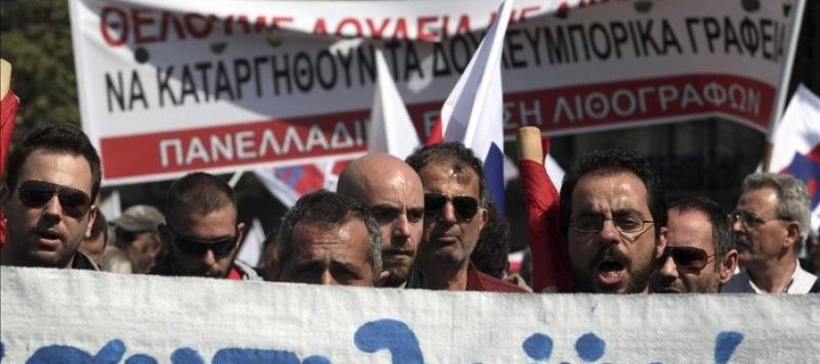 Simpatizantes del sindicato PAME se manifiestan ante el Parlamento en Atenas (Grecia) durante una huelga general.