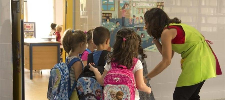 Varios niños entran al colegio