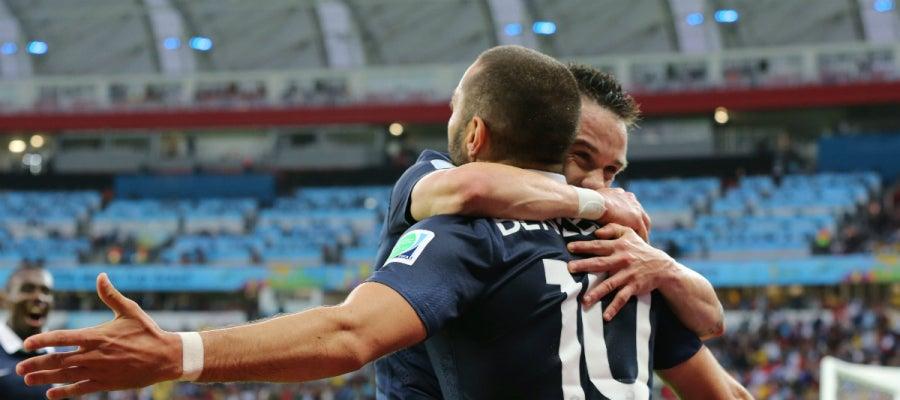 Valbuena celebra un gol con Benzema