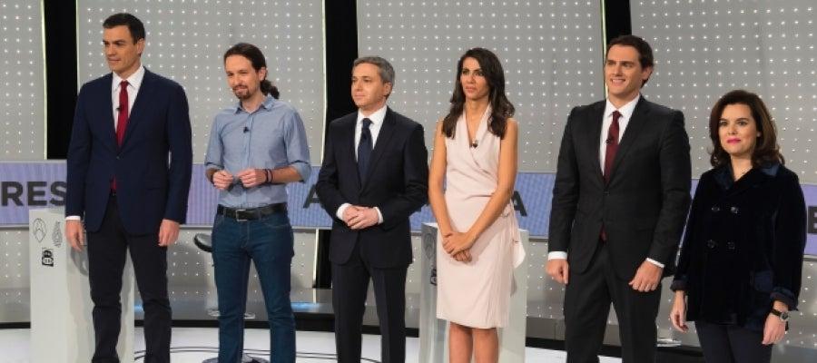 Pedro Sánchez, Pablo Iglesias, Albert Rivera y Soraya Sáenz de Santamaría junto a los moderadores del Debate Decisivo