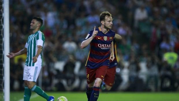 Ivan Rakitic celebra su gol contra el Betis