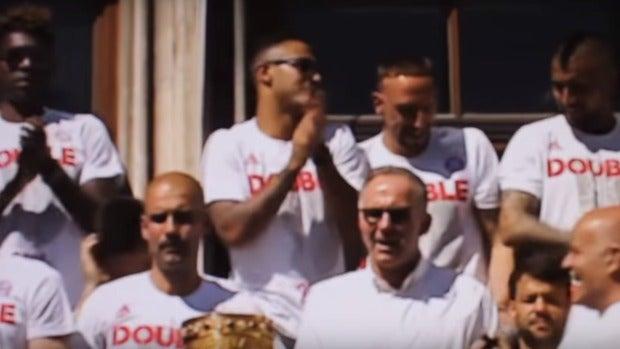 Guardiola, cariacontecido mientras la afición del Bayern canta 'Que viva España'