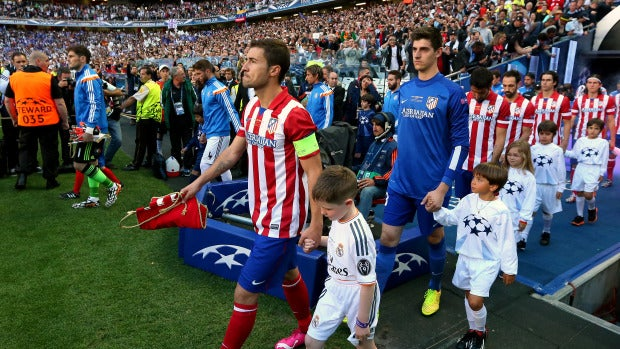 Los jugadores del Real Madrid y del Atlético de Madrid salen al terreno de juego en la final de la Champions de 2014