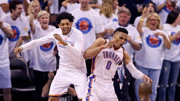 Russell Westbrook celebra con Cameron Payne la victoria de los Thunder