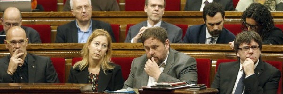 Carles Puigdemont y Oriol Junqueras en el Parlament de Cataluña