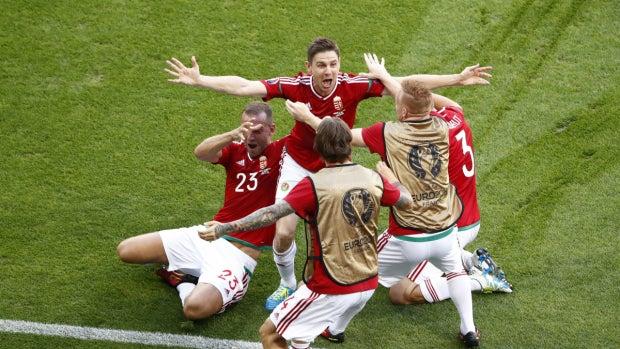 Los jugadores de Hungría celebran el gol de Gera ante Portugal