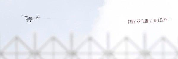 Un avión sobrevuela un campo de cricket con una pancarta partidaria del Brexit