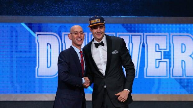 Juancho Hernangómez saluda a Adam Silver en el Draft de la NBA