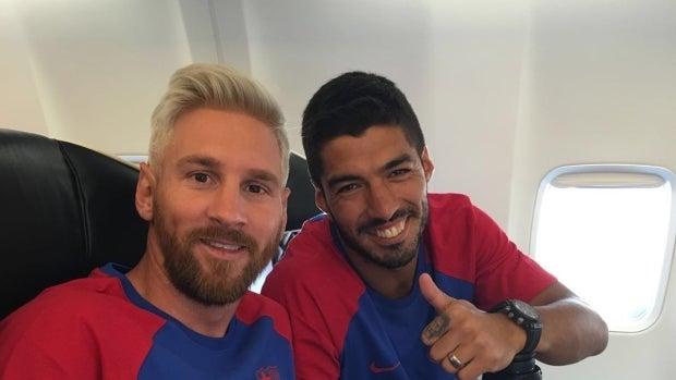 Leo Messi y Adriano, en su viaje a Inglaterra.