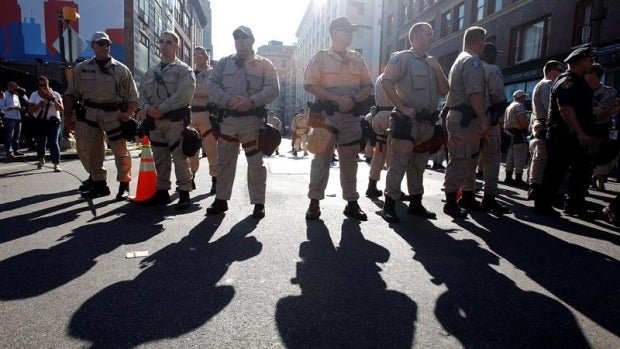 Integrantes de la Policía de Florida en un dispositivo
